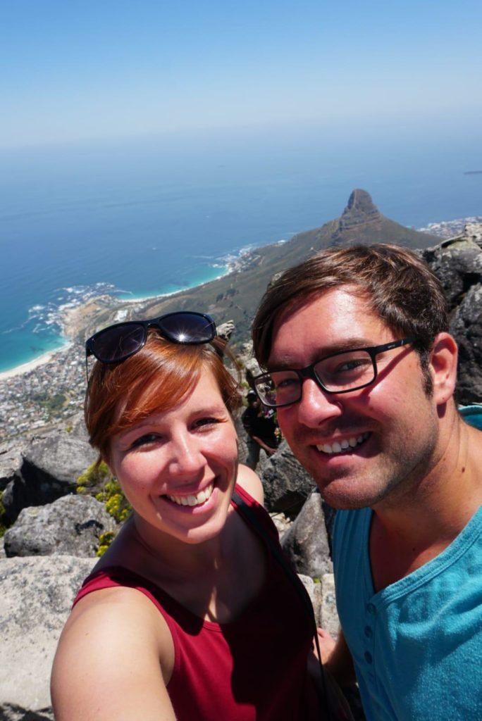 Gina und Patrick auf dem Tafelberg bei unserer Reise durch Südafrika.