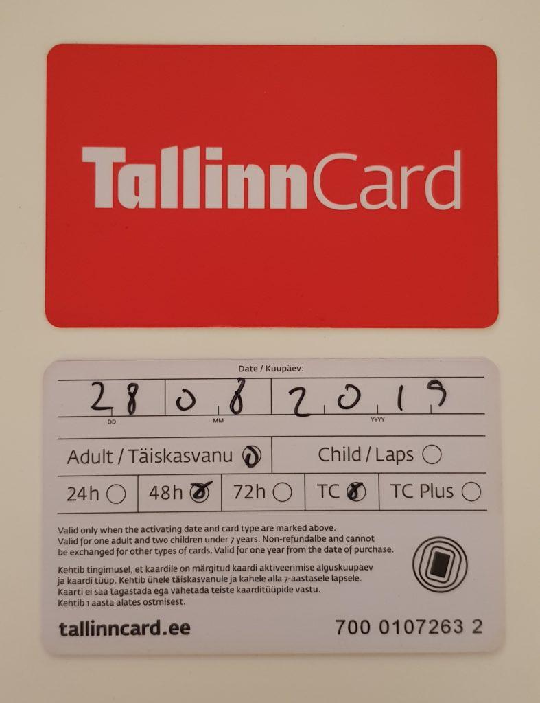 Zu sehen ist die rote Vorderseite der Tallinn Card. Unter diesem ist die Rückseite der Tallinn Card.