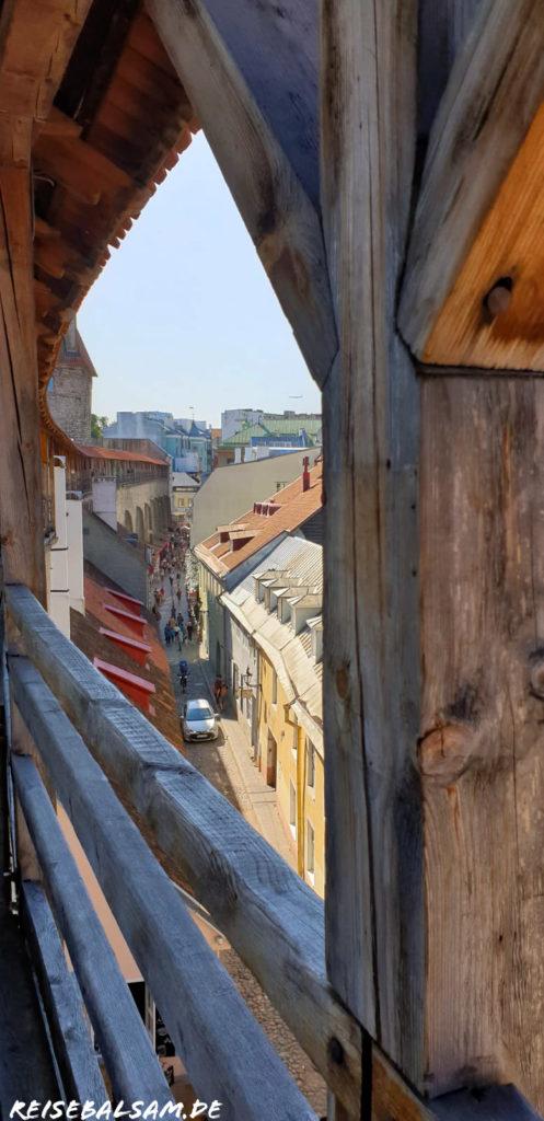 Blick von einer der Stadtmauern. Man sieht, wie die Stadtmauer sich entlang der Gasse befindet. Unten sind viele Menschen.