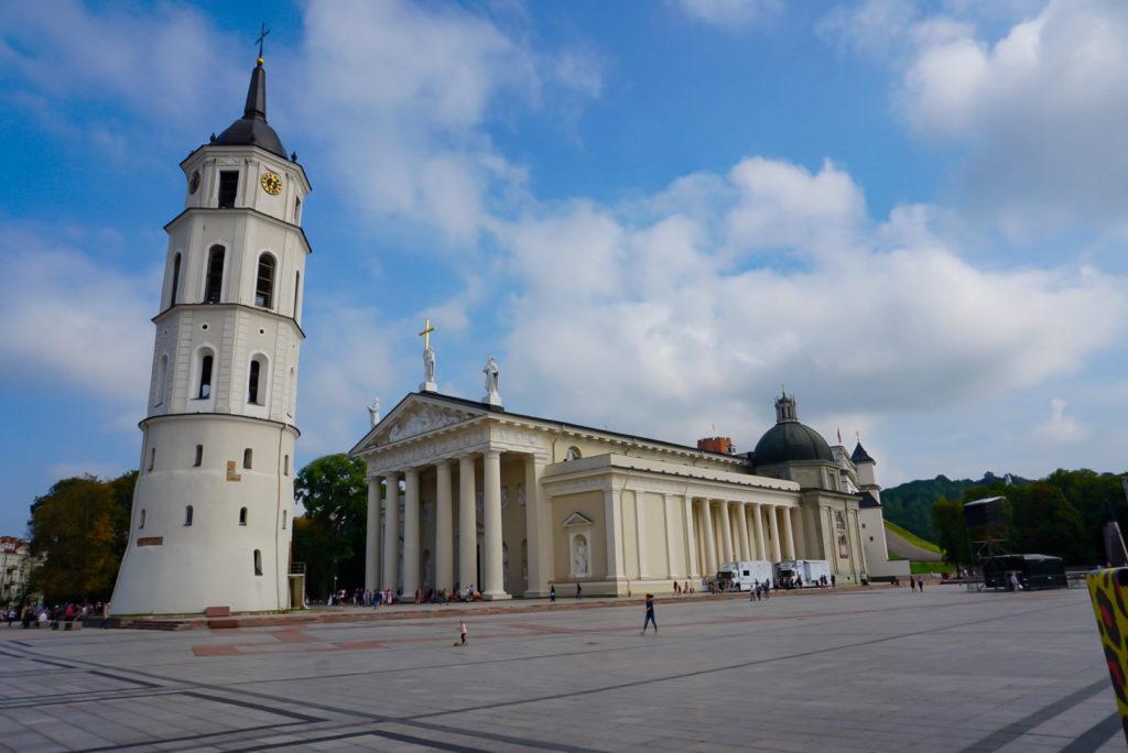 Zu sehen ist der Platz mit dem schief wirkendem Glockenturm. Daneben steht die Kathedrale, St. Stanislaus. Rechts im Bild erkennt man den Aufbau der Bühne.