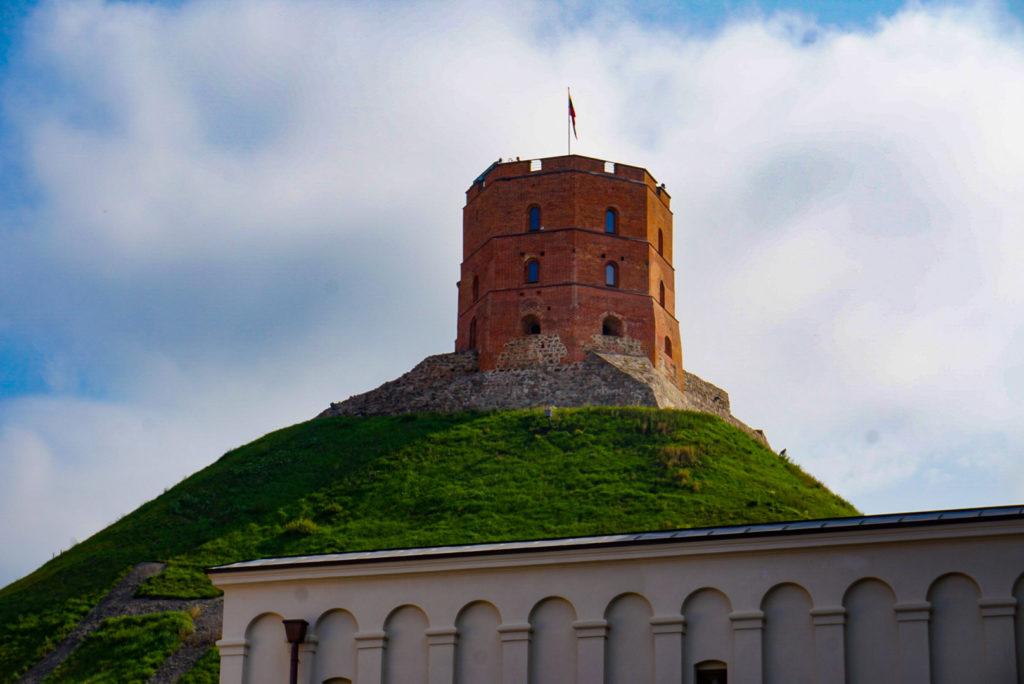 Auf dem einzigen Berg von Vilnius steht der Gediminas-Turm. Ein aus Backstein bestehender alter Mauerturm. Mit der litauischen Flagge in der Mitte.