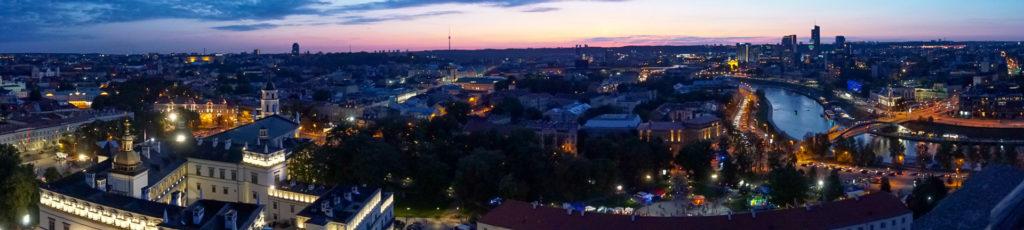 Der gleiche Panoramablick auf die Stadt. Nur das die Sonne mittlerweile heruntergegangen ist. Viele Gebäude leuchten schön. Ein beruhigender und entspannender Anblick.