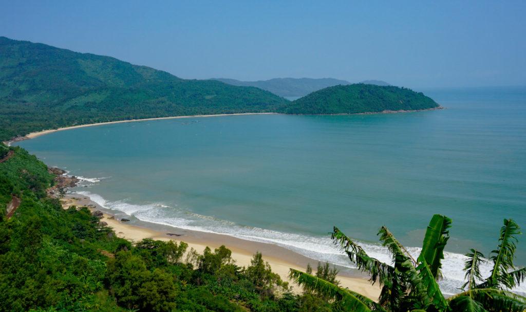 Blick auf eine Bucht bei Da Nang. Der Strand ist kilometerlang und liegt vor einer Gebirgskette.