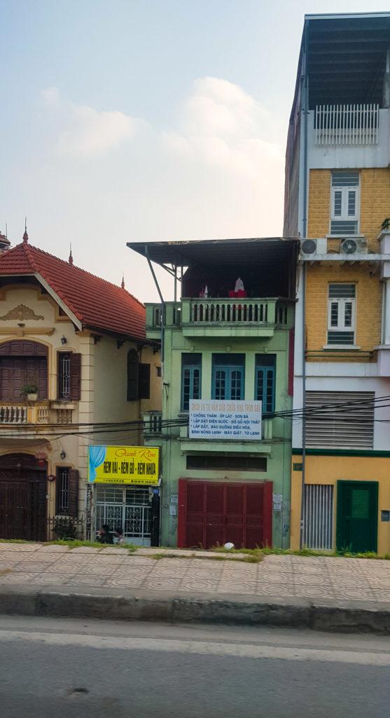Blick auf drei schmale Enge Häuser in Zentralvietnam. Sie sind hoch, jedoch sehr schmal.