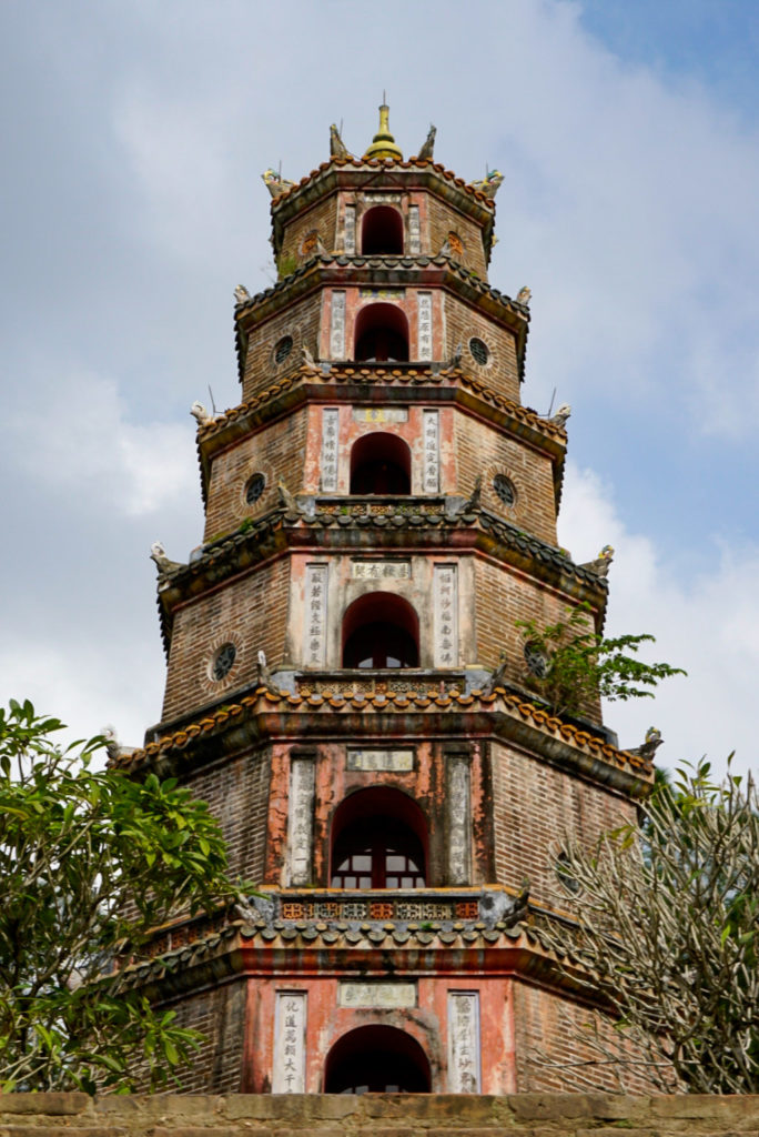Die Thien Mu-Pagode. Sie besteht aus sieben Etagen. Sie ist die höchste von Vietnam. Die Pagode besteht aus Stein und wirkt sehr unscheinbar.