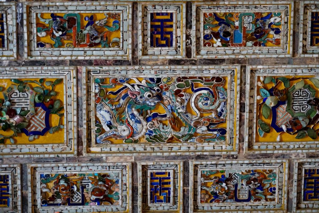 Eine Ansammlung von Mosaiken in einem Tempel in Zentralvietnam. Sie stellen Situationen mit Drachen, geflügelten Pferden oder Jahreszeiten dar.