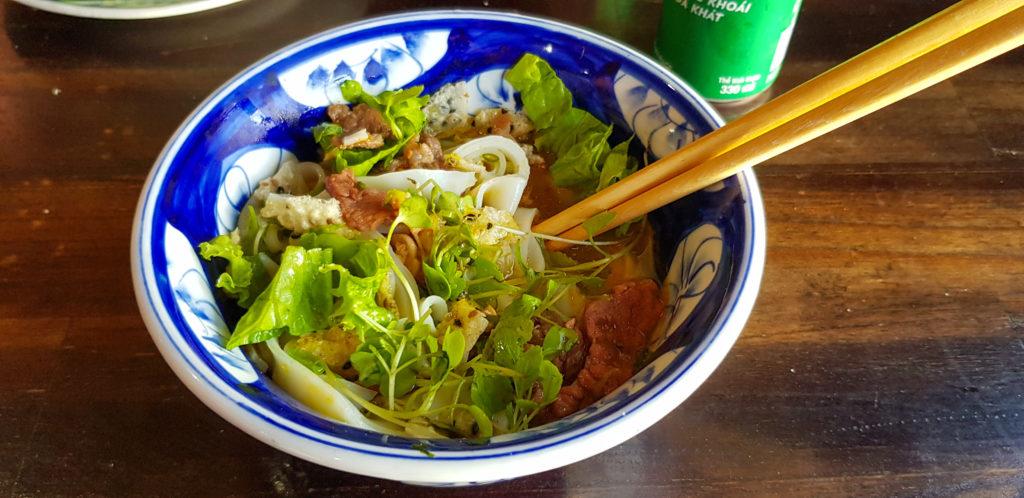 Essen in Zentralvietnam. Die Gerichte unterscheiden sich in den Zutaten der einzelnen Regionen. Hier ist ein Salat mit etwas Fleisch zu sehen.