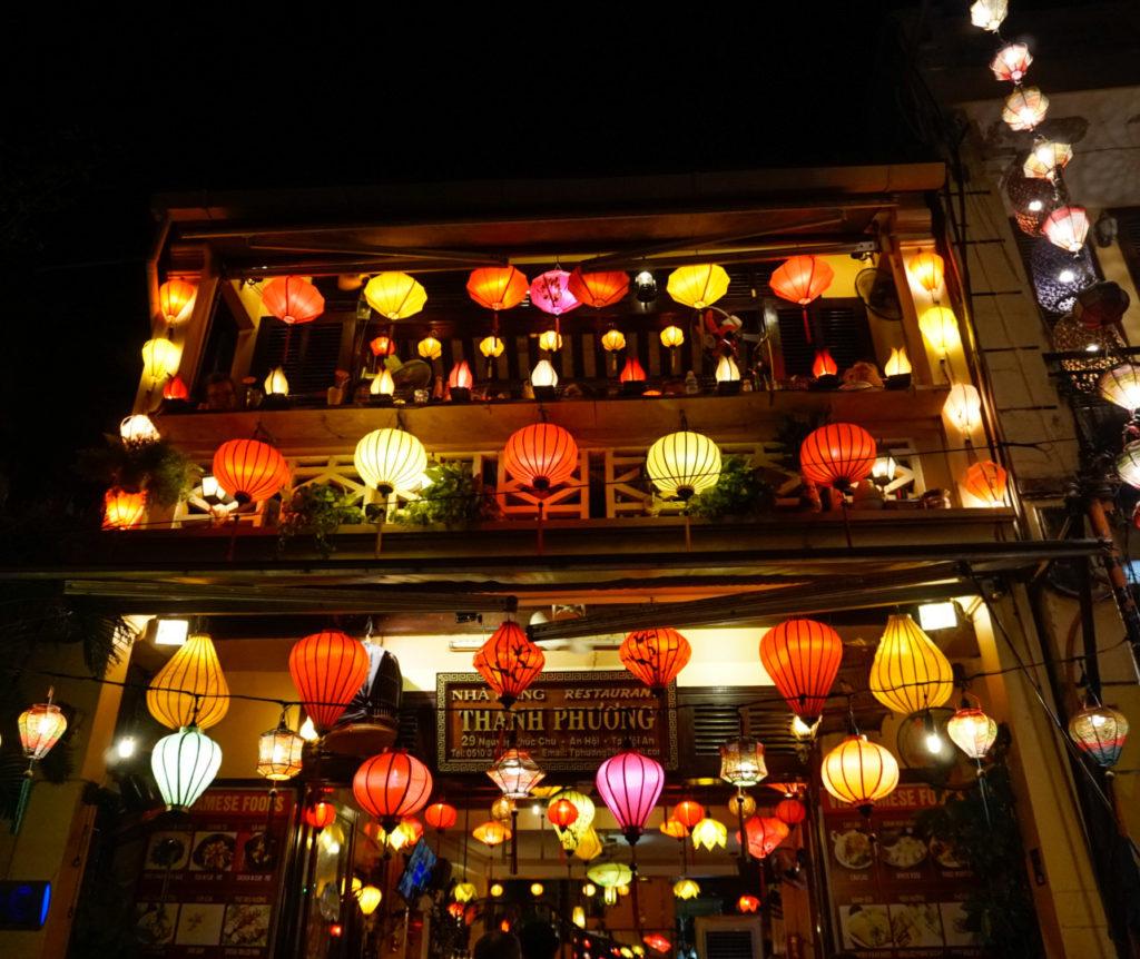 Der Eingang unseres Lieblingsrestaurants. Es ist umrandet mit buntem Lampions und besteht aus zwei Etagen. Auf der oberen Etage kann auf einem Balkon gesessen werden.